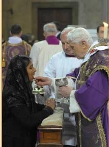 Paus Benedictus geeft de heilige communie